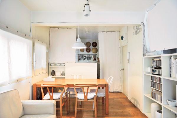 白いキッチンとダイニング