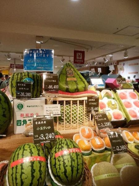大阪の果物店 三角のスイカにびっくり!