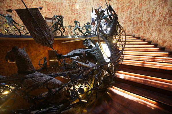 螺旋階段のラキ・セナナヤケの作品は見たら忘れられない