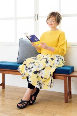花柄スカートにきれい色ニットの甘×甘コーデで優雅に読書タイム
