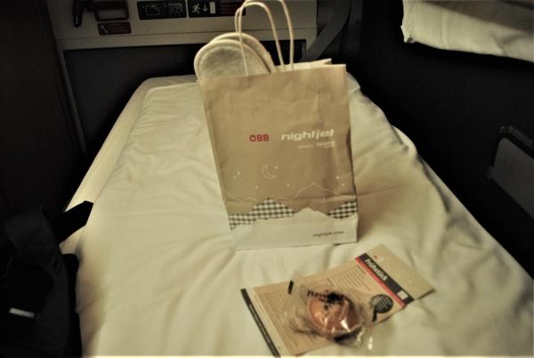 ベッドの上には、マフィンと、何やら入った紙袋が用意されていました