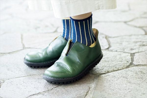 内原加代子さんの着こなしのコツ:柄靴下&カラフルな靴