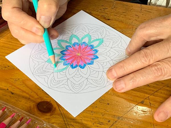 指先を使う塗り絵は認知症予防にも効果的