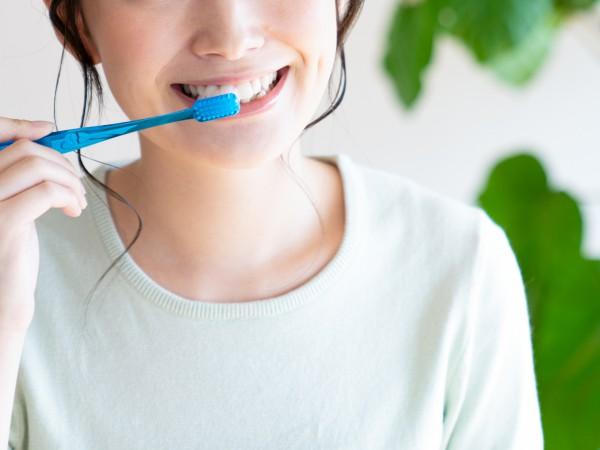 歯磨きをしている女性