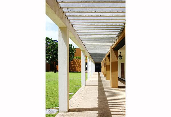 デザインに直線が多く用いられたライトハウス、時間とももに変化していく影も印象的