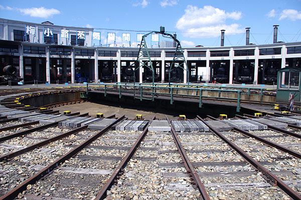 現存する日本最古の扇形車庫には蒸気機関車20両が保存・展示されている