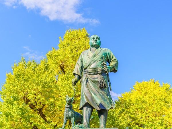 上野の西郷隆盛像が連れている犬の名前は?