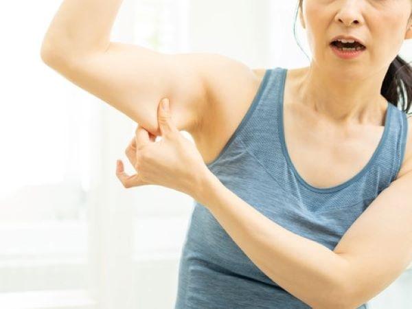 50代女性は二の腕のプヨプヨやブツブツが気になる