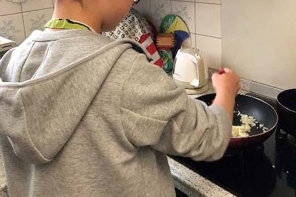 玉ネギ・ひき肉・カレールーを炒めます