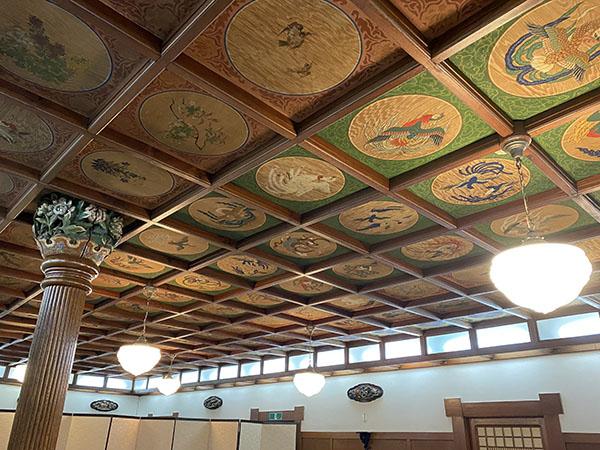 天井の花鳥画が見事な小食堂