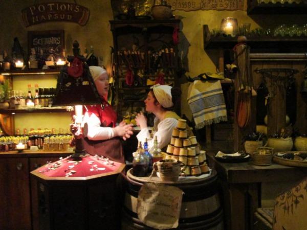 中世風エストニア・タリンの雑貨店の内部の様子