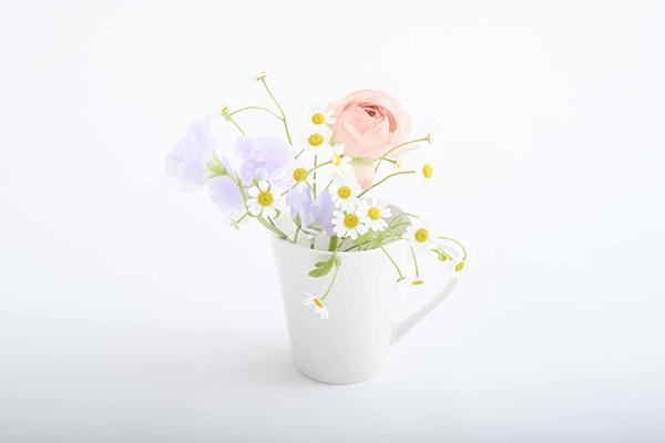 セロテープを貼ったグラスに生けた3本の花