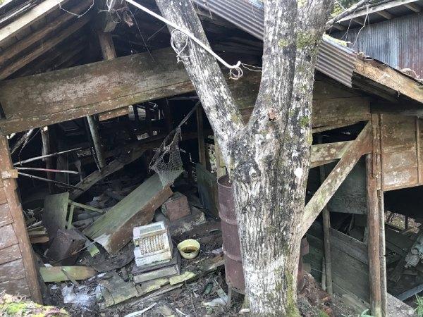 駅の周りには廃墟や廃工場などがそのままに