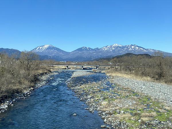 車窓から山と川を眺める