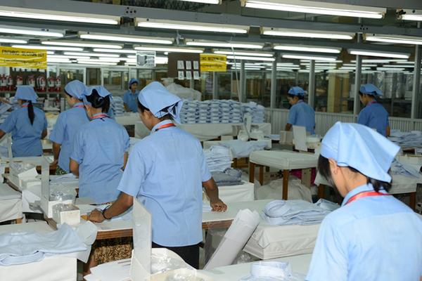 縫製工場で働く外国人
