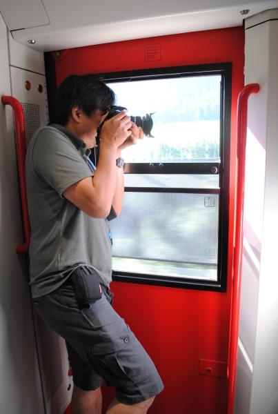 デッキのドア窓を下げて開けます。背中を壁面に預け安定させてカシャッ!