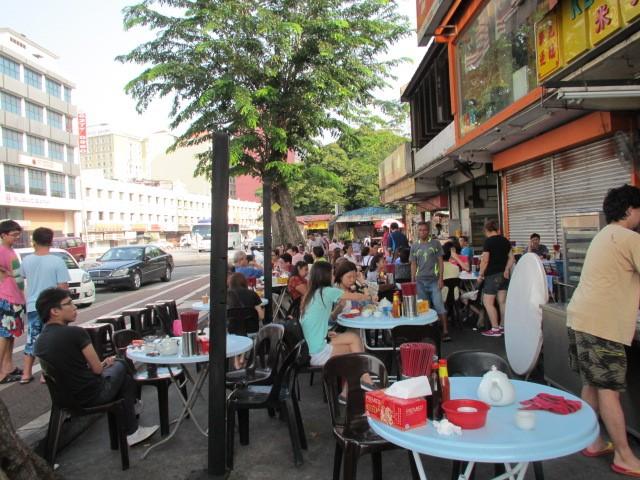 中国人のお店、朝早くから路上のテーブルでちまき、まんじゅうなどを食べる