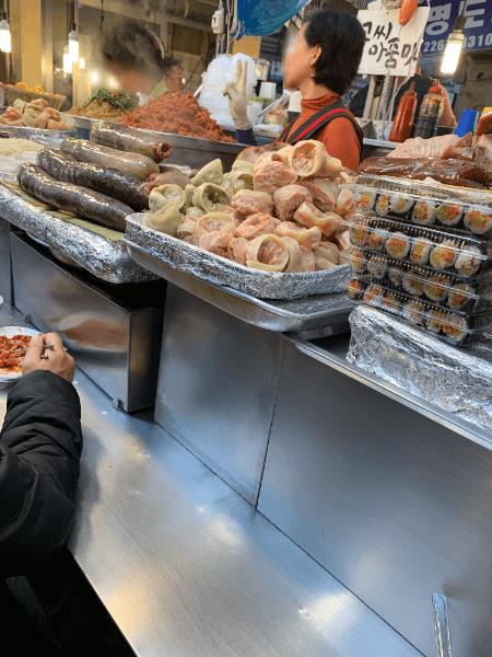 市場ではシンプルだけど美味しいキムパがたくさん食べられます。 地元の人はからしソースにつけて食べていました。