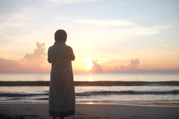 旅用のワンピースを着た母と朝日を見にビーチへ