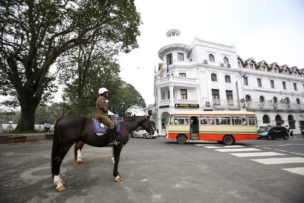 宿泊したクイーンズホテルの前で馬に乗った警官が交通整理