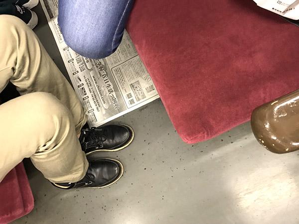 床に新聞を敷くのは、夜行列車乗車時の知恵