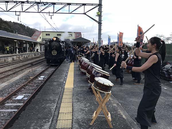 横川駅では地元の高校生たちが太鼓の演奏でお出迎え