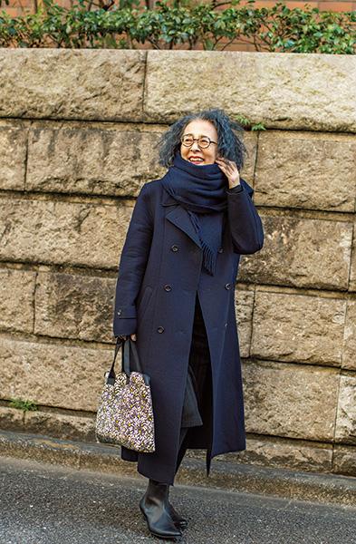 書籍内で披露している「ローブ ド シャンブル コムデギャルソン」のコートを合わせたコーディネート。コートは20年ほど前に購入したもの。