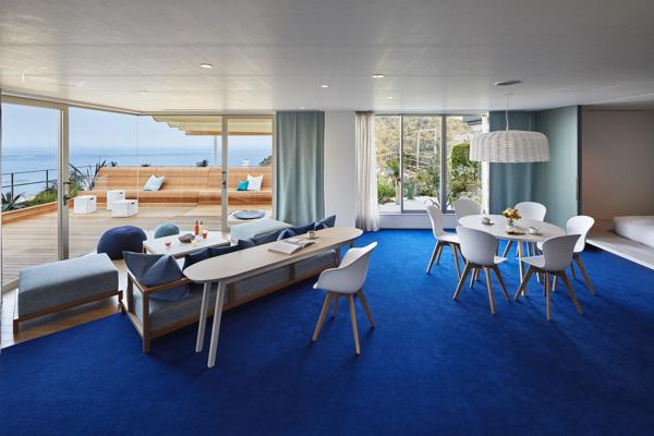 熱海の海のブルーを基調とした明るい室内