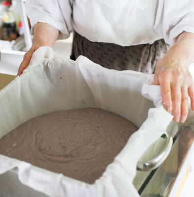 使う蒸し器は2つ。さらしを敷いた蒸し器の中に、1時間寝かせておいた餅生地を入れる。