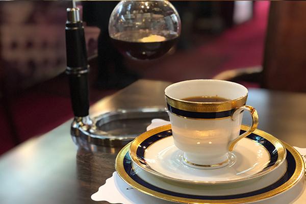 頑固にもいまだにサイホンで入れる優しい味のコーヒー