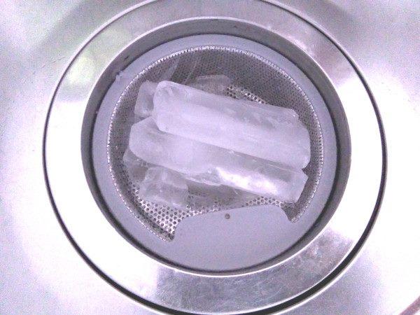 排水溝掃除:排水口を氷で冷やして繁殖を防ぐ