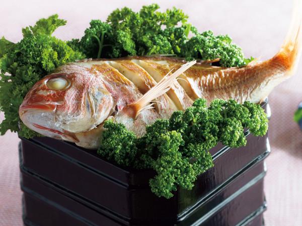 鯛を豪快に盛り付けた祝い膳