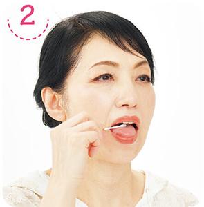 2舌をなでるように綿棒を動かす