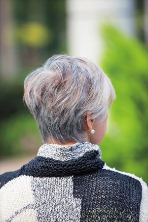 白髪染めの残り色も生かしたグレイヘアの後ろ姿