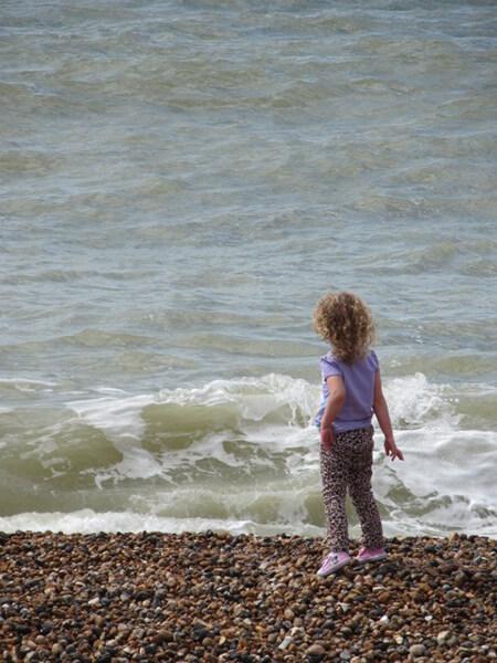 波打ち際に立つ少女の姿が 映画のワンシーンのようでした