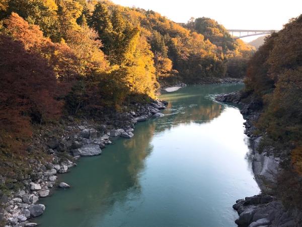 天竜川の向こうにかかる天竜峡大橋