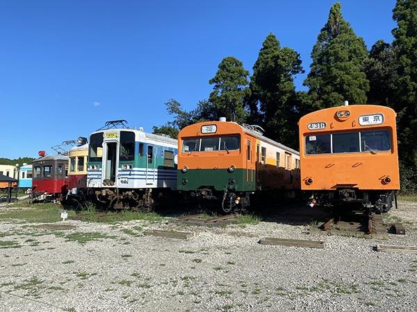 新しく入った車両、右から103系通勤形電車、クモニ83形荷物電車