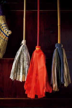 横山さんの手作りのはたき。中央にあるのが、真っ赤な紅絹(もみ)のはたき