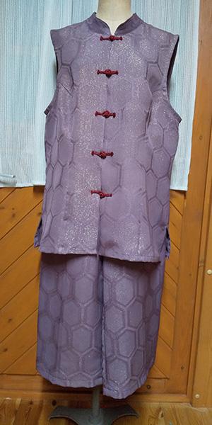 いただいた着物から作ったベストとパンツ。ボタンも作りました