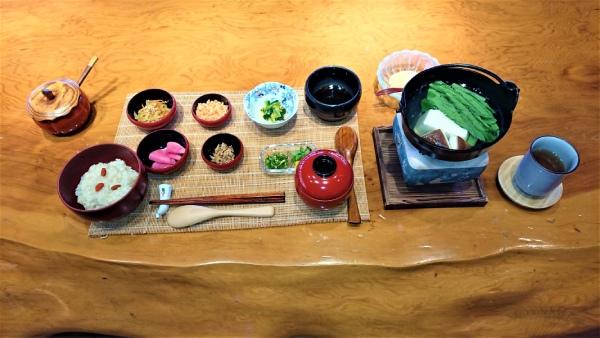 2日目の朝に出されたにんじん果肉ジュース1杯と梅干1個(写真上)と、回復食の「尖石の湯仕立て おかゆ膳」