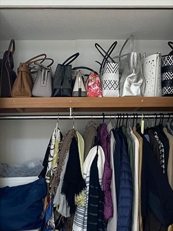 寝室収納のアフター写真:コート・ストール・バッグをまとめてチェックできる
