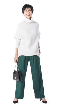 50代ファッションのお手本:存在感あるグリーンのパンツ
