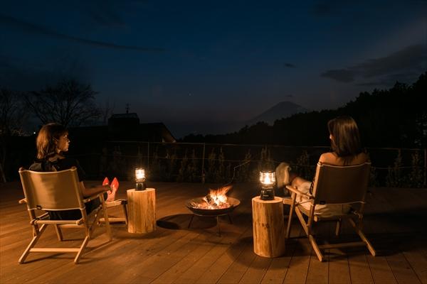 たき火の柔らかな明かりと夜景も楽しめる