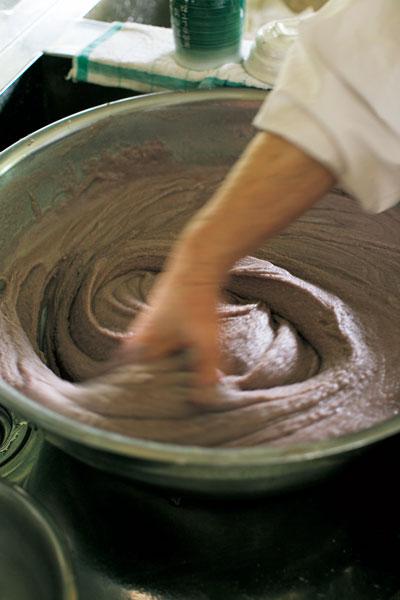 手作りあんこと餅粉を混ぜて作った生地はお餅というよりプリンのようなやわらかさ。これがとろける食感の秘訣。