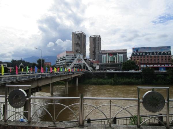 川の向こうは中国
