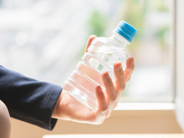 口を付けたペットボトルの飲み物、いつまで飲める?