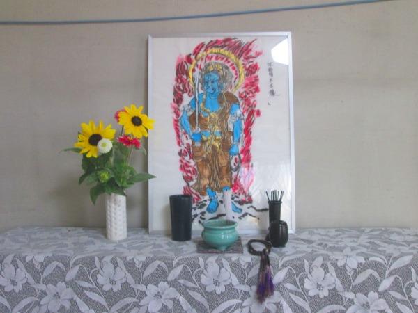 自分で描いた不動明王様を額に入れ飾り、水、お線香、お花を供えました
