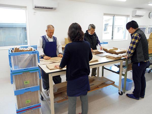国内の福祉作業所で行われている回収キットの封入作業