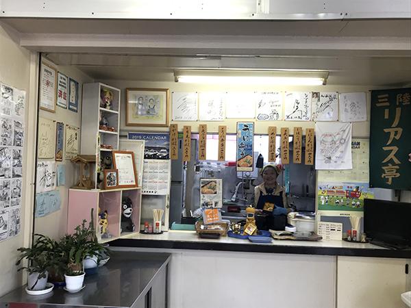 「うに弁当」で有名な三陸リアス亭は久慈駅にある