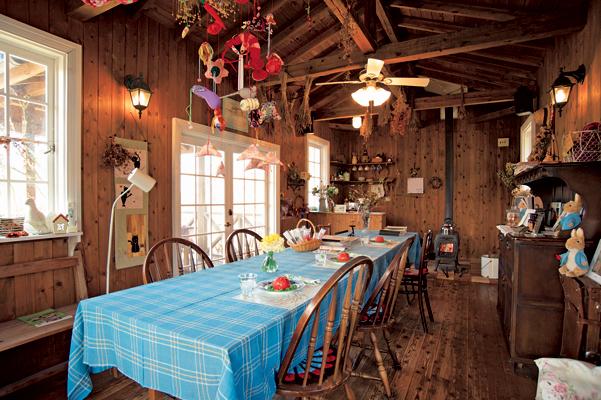 佐々木さんが設計したカフェには、手作りの吊るし雛なども飾られています。中/ドライフラワーなどの教室も開催。下/佐々木さんが編んだ手編みのマット。